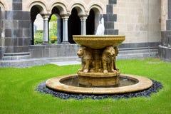Der Löwebrunnen im Hof der Maria Laach-Abtei in G Stockbild