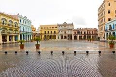 In der La-Piazza Vieja regnen, ein Grenzstein in altem Havana lizenzfreies stockbild