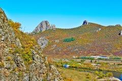 Der Lamahügel und der Herbstwaldfluß Stockfotos