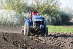 Der Landwirt arbeitet an einem Traktor Lizenzfreies Stockbild