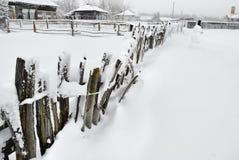 Der landwirtschaftliche Zaun abgedeckt mit Schnee Stockfotos