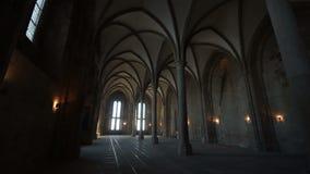 Der lange Korridor im Tempel auf der Insel von Mont-Heilig-Michel stock video