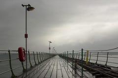 Der lange Pier bei Hythe im Süden von England mit seinem hölzernen Gehweg und die Bahnlinie nach das Southampton setzen dass Blät Stockbilder