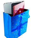 Der Laptop in einem Geschenkpaket. Schließen Sie oben auf einem weißen Hintergrund Stockfotografie