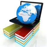 Der Laptop und die Bücher Lizenzfreie Stockfotos