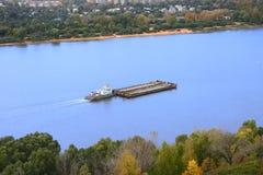 Der Lastkahn auf dem Fluss Stockbild