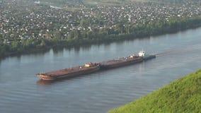 Der Lastkahn auf dem Kama-Fluss stock footage
