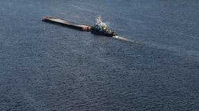 Der Lastkahn, der in das blaue Dnieper schwimmt, wässert Stockfoto
