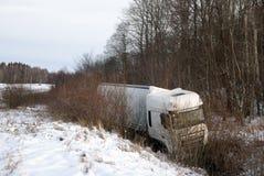 Der Lastwagen trieb die Straße in den Abzugsgraben ab Unfall auf der Straße Notfahrt im Winter lizenzfreie stockbilder
