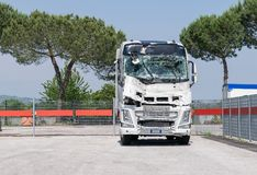 Der Lastwagen zerschmetterte Windschutzscheibe Defekter LKW Camion nach dem Unfall lizenzfreies stockbild