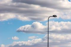 Der Laternenpfahl steht allein gegen den blauen Himmel Stockbilder