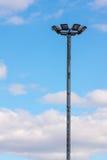 Der Laternenpfahl steht allein gegen den blauen Himmel Lizenzfreies Stockbild