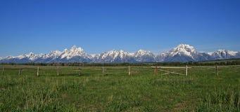 Der Lattenzaun-Ansicht großartigen Tetons-Gebirgszugs aufgeteiltes im Frühjahr/Sommer in Wyoming Lizenzfreie Stockfotografie