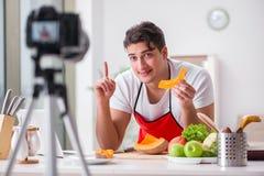 Der Lebensmittel Blogger, der in der Küche arbeitet Lizenzfreies Stockbild