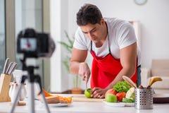 Der Lebensmittel Blogger, der in der Küche arbeitet Lizenzfreies Stockfoto