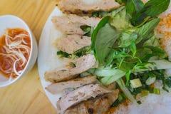 Der Lebensmittel Vietnamese Weiche dünne Suppennudeln mit mariniertem gegrilltem Schweinefleisch Stockbilder