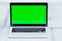 Der leere und grüne Schirm des Laptops stockbild
