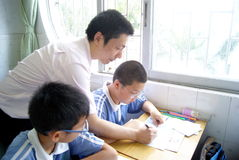 Der Lehrer rät dem Kursteilnehmer stockbild
