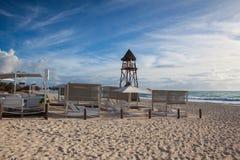 Der Leibwächterturm auf dem Strand Playa Paraiso in karibischem Meer Stockbilder