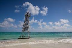Der Leibwächterturm zerstört durch den Hurrikan auf dem Strand Spiel Stockfoto