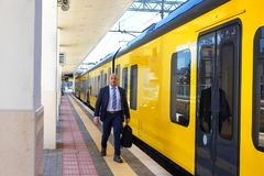 Der Leiter nahe bei dem Zug in Europa stockbild