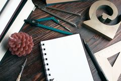 An der Lektion von Geometrie: ein Notizbuch, Kompassse, Machthaber, Lehrbücher Lizenzfreie Stockfotos
