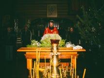 Der Leser liest die Gebete auf dem Nachtorthodoxen Service in der Kirche der Feiertag der Offenbarung Lizenzfreie Stockfotos