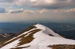 Der letzte Schnee auf der Spitze eines Gebirgsrückens im Frühjahr wes Stockfoto