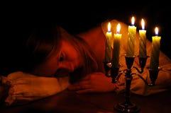 An der Leuchte der Kerzen Lizenzfreie Stockfotos