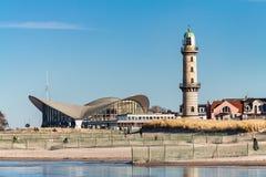 Der Leuchtturm auf dem Strand in Warnemuende, Deutschland Lizenzfreies Stockfoto