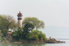 Der Leuchtturm auf dem Ufer Lizenzfreies Stockfoto