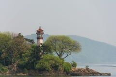 Der Leuchtturm auf dem Ufer Stockbild