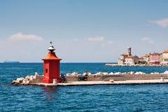 Der Leuchtturm in der Stadt Piran lizenzfreies stockbild