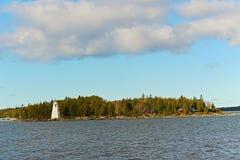 Der Leuchtturm im Abstand lizenzfreies stockbild