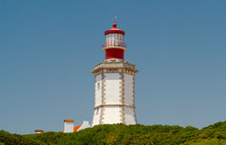 Der Leuchtturm am Kap Espichel ist ein Leuchtturm, der am Kap Espichel gelegen ist Stockbild
