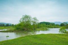 Der Li-Fluss auf beiden Seiten von der Hirtenlandschaft Lizenzfreies Stockfoto