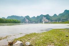 Der Li-Fluss auf beiden Seiten von der Hirtenlandschaft Lizenzfreies Stockbild