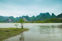 Der Li-Fluss auf beiden Seiten von der Hirtenlandschaft Lizenzfreie Stockbilder