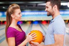 In der Liebe vor dem hintergrund der Bowlingbahnen Stockfotos