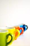 In der Linie Kaffeetassen Stockfotos