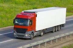 Der LKW auf einer Straße Lizenzfreies Stockfoto