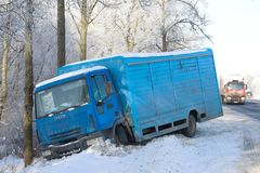 Der LKW Ivecos Eurocargo 120el17 in einem Abzugsgraben auf dem Winterweg Weg M10 Stockfoto