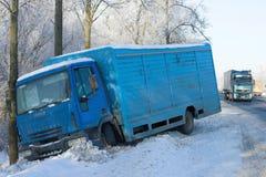Der LKW Ivecos Eurocargo 120el17, der vom Winterweg in einem Abzugsgraben abgestiegen ist Stockfoto