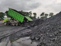 Der LKW, der Kohle am Vorrat entleert lizenzfreie stockfotos