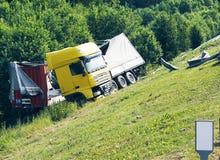 Der LKW liegt in einem Abzugsgraben nach dem Verkehrsunfall Lizenzfreies Stockbild