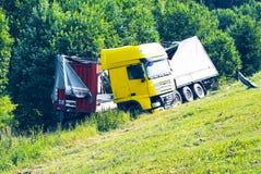 Der LKW liegt in einem Abzugsgraben nach dem Verkehrsunfall Lizenzfreie Stockfotografie