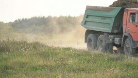 Der LKW transportiert das Land stock footage