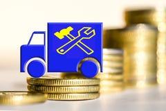 Der LKW und die Dienstbezeichnung auf einem Hintergrund des Geldes Stockfotos