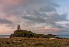 Der Llanddwyn-Inselleuchtturm, Twr Mawr bei Ynys Llanddwyn auf Anglesey, Nord-Wales lizenzfreie stockfotografie