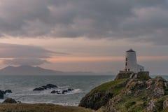 Der Llanddwyn-Inselleuchtturm, Twr Mawr bei Ynys Llanddwyn auf Anglesey, Nord-Wales stockbild